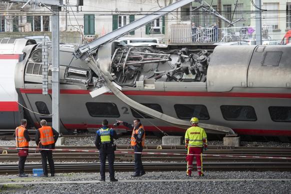 Ein umgekippter Wagen eines Eurocity-Neigezugs, aufgenommen am Mittwoch, 22. Maerz 2017, im Bahnhof in Luzern. Im Bahnhof Luzern ist am fruehen Mittwochnachmittag ein Eurocity-Neigezug bei der Ausfahrt entgleist. Ein Wagen kippte zur Seite. Bei der Entgleisung sind mehrere Personen verletzt worden. Zum Schweregrad der Verletzungen wurden vorerst keine Angaben gemacht. Passagiere mussten nach dem Unglueck zunaechst im Zug ausharren. Die Unfallursache war vorerst unklar. (KEYSTONE/Urs Flueeler)  The site where a train derailed is pictured, Wednesday, 22 March 2017, in the station of Lucerne, Switzerland. The Eurocity train was on the way between Milan and Basel. Rail company SBB says the train derailed as it was pulling out of Lucerne's main train station. Several persons were injured. (KEYSTONE/Urs Flueeler)