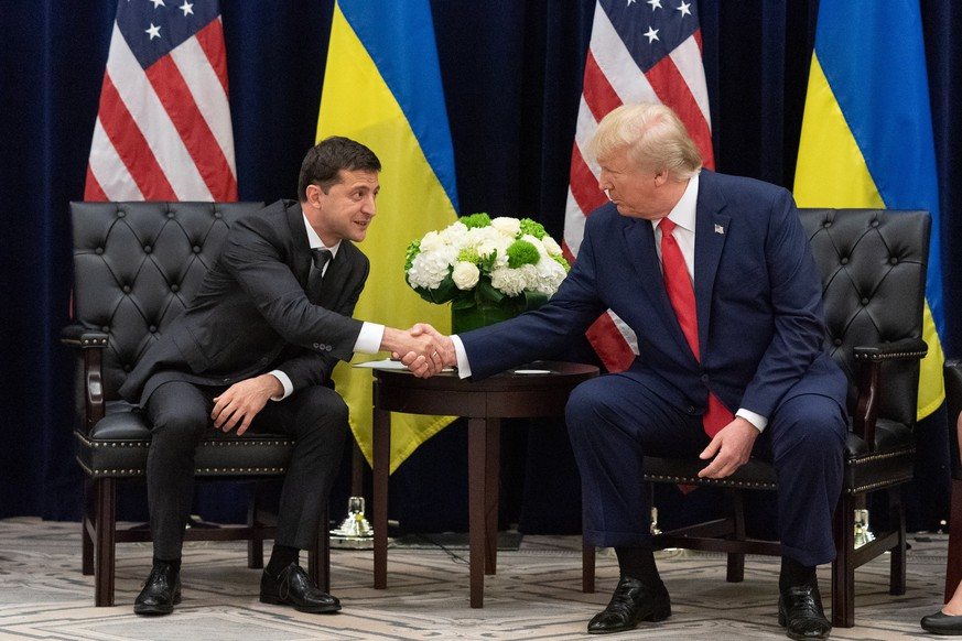 epa07869481 A handout photo made available by Ukraine Presidential Press Service shows Ukraine's President Volodymyr Zelensky (L) and US President Donald J. Trump (R) during a meeting on the sidelines of the 74th session of the United Nations General Assembly in New York, New York, USA, 25 September 2019. The annual meeting of world leaders at the United Nations runs until 30 September 2019.  EPA/UKRAINE PRESIDENTIAL PRESS SERVICE / HANDOUT  HANDOUT EDITORIAL USE ONLY/NO SALES
