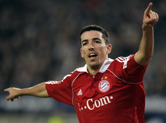 Munich's Roy Makaay celebrates after scoring an equalizer during the German first soccer division match between Hamburger SV and Bayern Muenchen at the AOL Arena, Hamburg, northern Germany, on Nov. 25, 2006. The Dutch striker will transfer to Feyenoord Rotterdam according to media reports from Thursday, June 28, 2007. (AP Photo/Kai-Uwe Knoth)