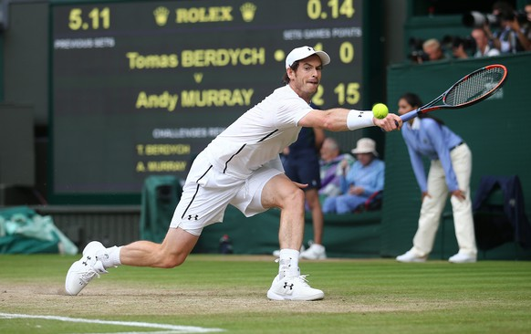 epa05415724 Andy Murray of Britain returns to Tomas Berdych of the Czech Republic in their semi final match during the Wimbledon Championships at the All England Lawn Tennis Club, in London, Britain, 08 July 2016  EPA/JUSTIN TALLIS POOL  EPA/JUSTIN TALLIS POOL EDITORIAL USE ONLY/NO COMMERCIAL SALES