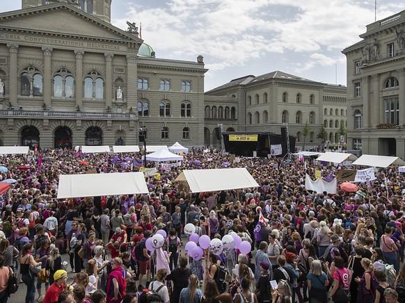Gut gefüllter Bundesplatz in Bern anlässlich der Kundgebung zum Frauenstreik.