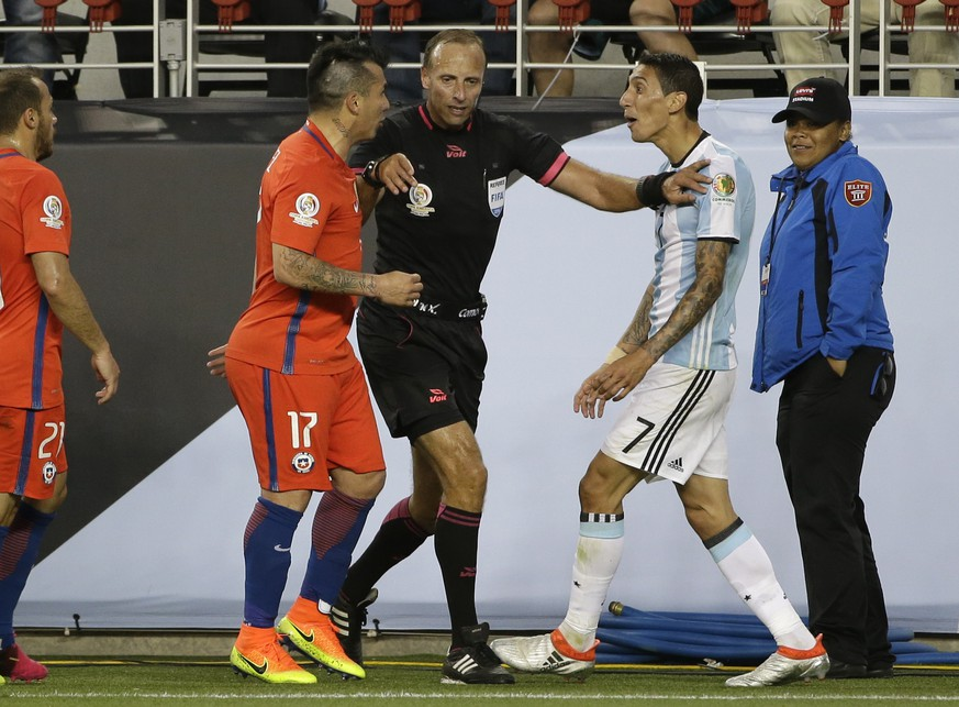 Referee Daniel Fedorczuk, center, separates Chile's Gary Medel, left, and Argentina's Angel Di Maria, right, during a Copa America Centenario Group A soccer match at the Levi's Stadium in Santa Clara, Calif., Monday, June 6, 2016. (AP Photo/ Marcio Jose Sanchez)