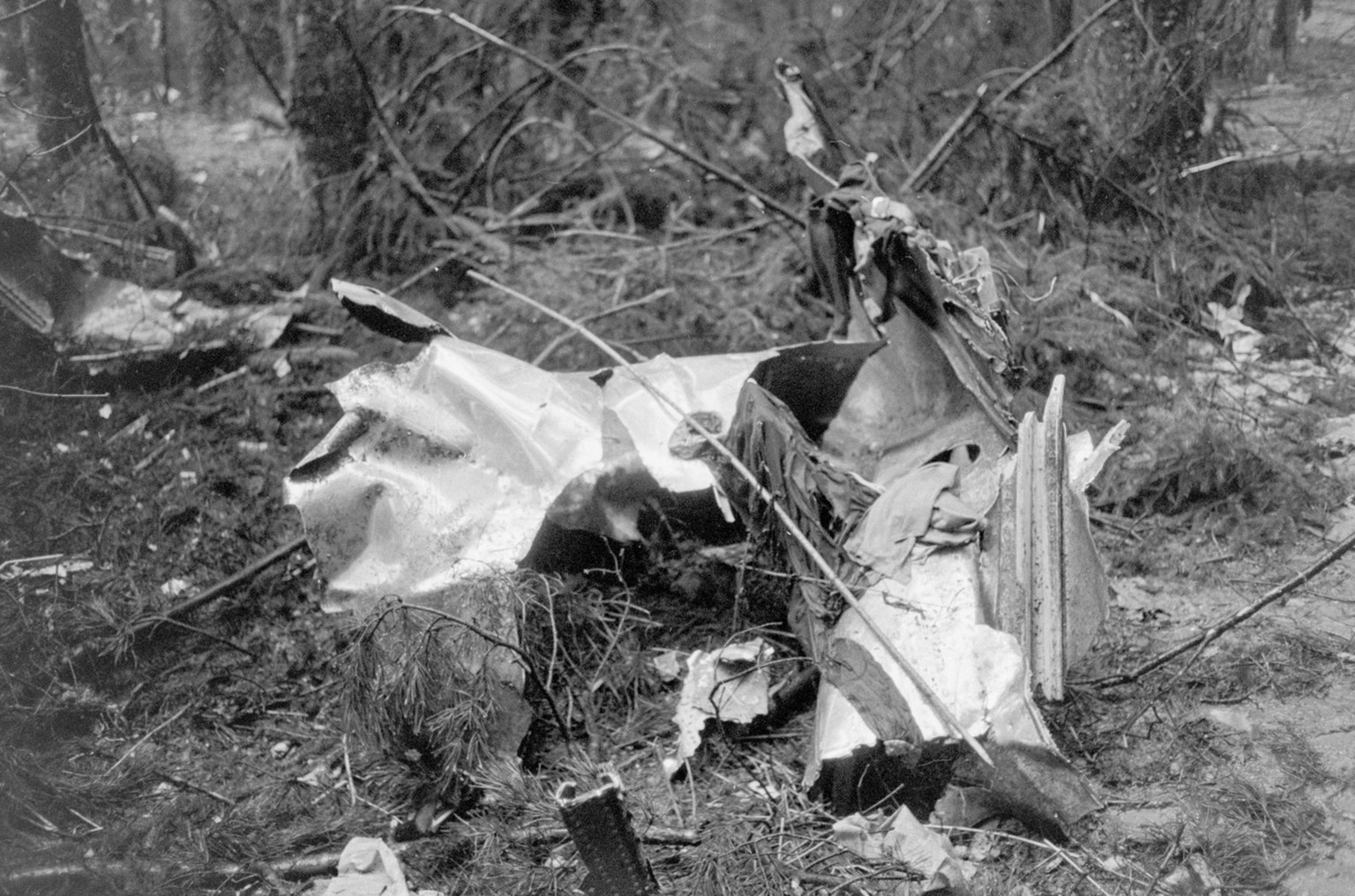 Debris from the Swissair plane, Coronado CV-990, is scattered in the forest near Wuerenlingen in the canton of Aargau. On 21 February 1970, shortly after take-off, a bomb set by Palestinian terrorists exploded in the cargo hold. The captain tried to fly back to Kloten airport after the detonation, but the plane crashed into a forest near Wuerenlingen. The 38 passengers and the 9 crew members died in the crash. (KEYSTONE/Str)  Truemmerteile des Swissairflugzeuges, Coronado CV-990, liegen verstreut im Wald in der Naehe von Wuerenlingen im Kanton Aargau. Am 21. Februar 1970 explodierte - kurz nach dem Start - im Frachtraum eine Bombe, die von palaestinensischen Terroristen gelegt worden war. Der Captain versuchte nach der Detonation zum Flughafen Kloten zurueckzufliegen, die Maschine stuerzte jedoch bei Wuerenlingen in einen Wald ab. Die 38 Passagiere und die 9 Besatzungsmitglieder kamen bei dem Absturz ums Leben. (KEYSTONE/Str)