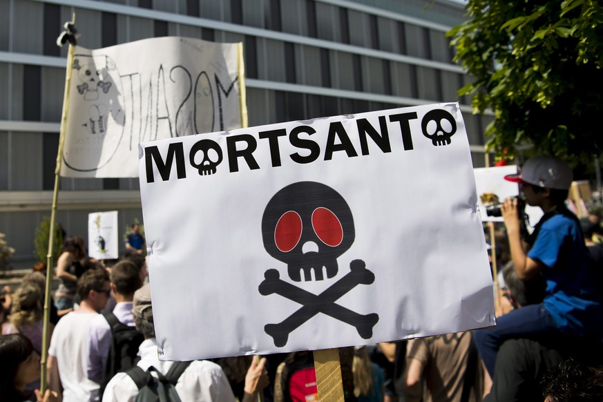 epa05321472 Protesters during their march against the multinational agrochemical and agricultural biotechnology companies Monsanto and Syngenta in front of the headquarter of the entreprise Monsanto, for Europe, Africa and the Middle East, in Morges, Switzerland, 21 May 2016. The EU on 18 and 19 May did not renew a licence for the herbicide glyphosate which is produced by Monsanto.  EPA/JEAN-CHRISTOPHE BOTT