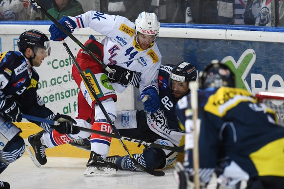 Kloten's player Matthias Bieber, left, fights for the puck with Ambri's player Michael Ngoy, right, during the preliminary round game of National League Swiss Championship 2017/18 between HC Ambri Piotta and EHC Kloten, at the ice stadium Valascia in Ambri, Switzerland, Saturday, November 18, 2017. (KEYSTONE/Ti-Press/Gabriele Putzu)