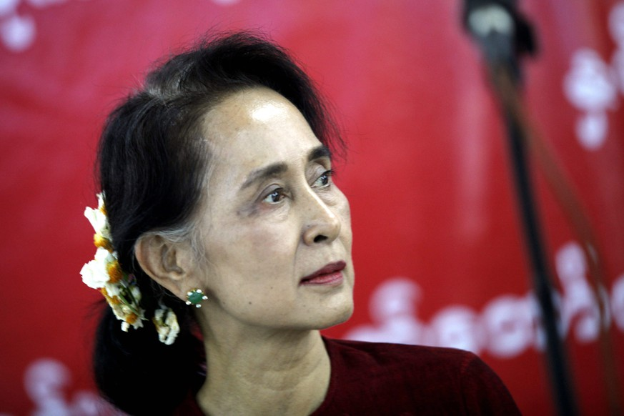 epa05187366 Myanmar democracy leader Aung San Suu Kyi meets with ethnic parliament members at the Municipal Guest House in Naypyitaw, Myanmar, 29 February 2016. Aung San Suu Kyi is meeting with 20 ethnic parties on 29February 2016. Suu Kyi has been in negotiations to lift a constitutional obstacle to her nomination for president since her National League for Democracy party won a landslide in November 2015. But it seemed 28 February 2016 that no agreement was imminent, three weeks ahead of the deadline for nomination on March 17.  EPA/HEIN HTET