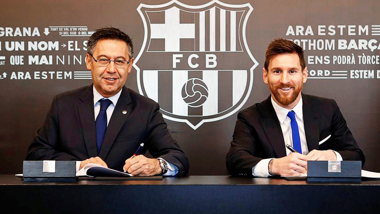 epa06349647 A handout photo made available by Spanish Primera Division soccer club FC Barcelona of Argentine striker Lionel Messi (R) signing his new contract next to Barcelona's president Josep Maria Bartomeu (L) in Barcelona, Spain, 25 Novemebr 2017. Messi has signed a new contract with FC Barcelona until June 2021.  EPA/DAVID SAURA HANDOUT  HANDOUT EDITORIAL USE ONLY/NO SALES