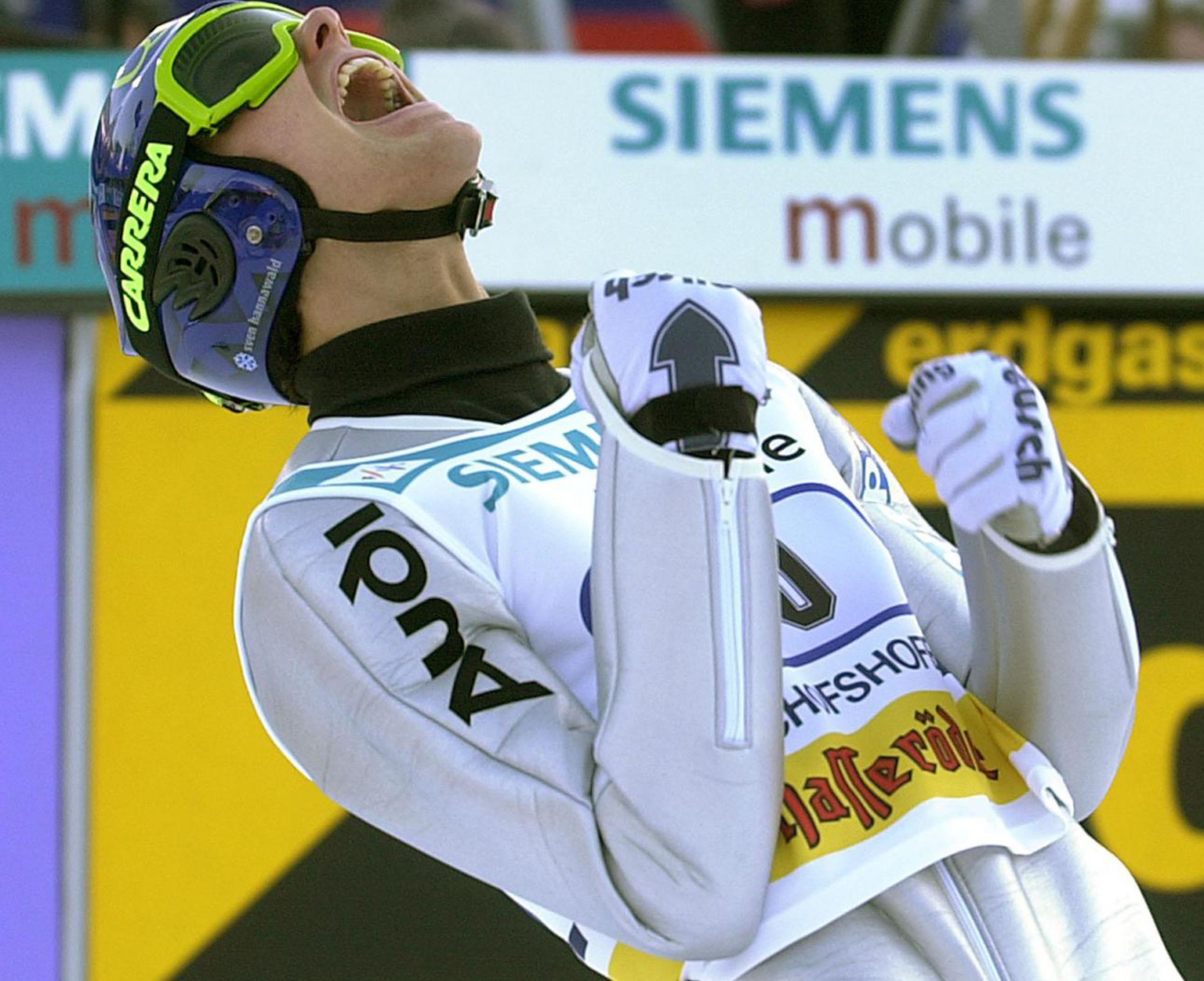 BIS04 - 20020106 - BISCHOFSHOFEN, AUSTRIA : German Sven Hannawald jubilates after his first jump at the Bischofshofen ski jumping competition, the fourth and last stage of the Four Hills Tournament, in Bischofshofen, Sunday 06 January 2002. Hannawald leads the pack after the first round with 139 m.  EPA PHOTO   APA/GINDL BARBARA/gi/mr