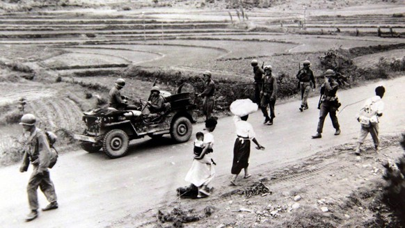 epa06829633 A handout photo made available by National Institute of Korean History shows refugees and soldiers traveling along a road during the Korean War at an unknown location, 07 July 1950 (issued 22 June 2018).  EPA/INSTITUTE OF KOREAN HISTORY / HANDOUT  HANDOUT EDITORIAL USE ONLY/NO SALES