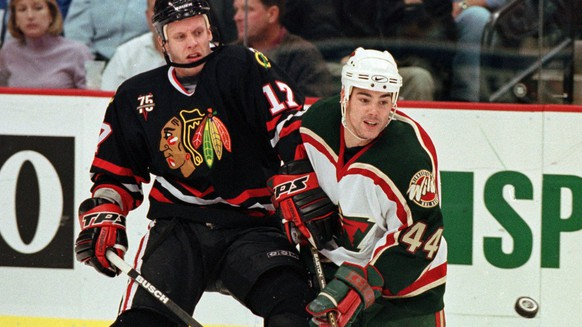 Chicago Blackhawks left wing Reto Von Arx (17) battles Minnesota Wild center Aaron Gavey (44) for the puck in the first period Sunday, October 29, 2000, in St. Paul, Minn. (KEYSTONE/AP Photo/Tom Olmscheid)