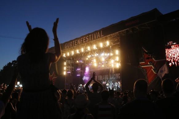 epa04849596 Fans cheer during the performance of German band 'Farin Urlaub racing team' at the Gurten music open air festival in Bern, Switzerland, 16 July 2015.  EPA/PETER KLAUNZER