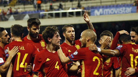 epa06249031 Spain's Thiago Alcantara (2-R) celebrates his goal with team mates during the FIFA World Cup 2018 qualifier match between Spain and Albania, in Alicante, Spain, 06 October 2017.  EPA/MANUEL LORENZO