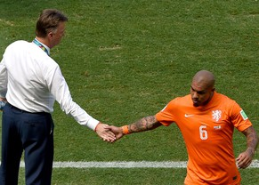 epa04289252 Nigel de Jong of the Netherlands (R) shakes hand with Dutch coach Louis van Gaal after being substituted during the FIFA World Cup 2014 round of 16 match between the Netherlands and Mexico at the Estadio Castelao in Fortaleza, Brazil, 29 June 2014. 