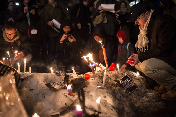 People gather for a rally in solidarity with the killed Charlie Hebdo employees on Thursday, 8 January 2015, in Zurich, Switzerland. Masked gunmen stormed on Wednesday the Paris offices of the satirical newspaper Charlie Hebdo, killing 12 people, including the paper's editor.  (KEYSTONE/Ennio Leanza)