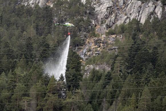 Die Loescharbeiten eines kleinen Waldbrandes sind im vollen Gange, nachdem der Sturm Sabine (Ciara) bei Gurtnellen im Kanton Uri ein Stromkabel von einem Starkstrommasten gerissen hatte, am Montag, 10. Februar 2020. (KEYSTONE/Urs Flueeler)