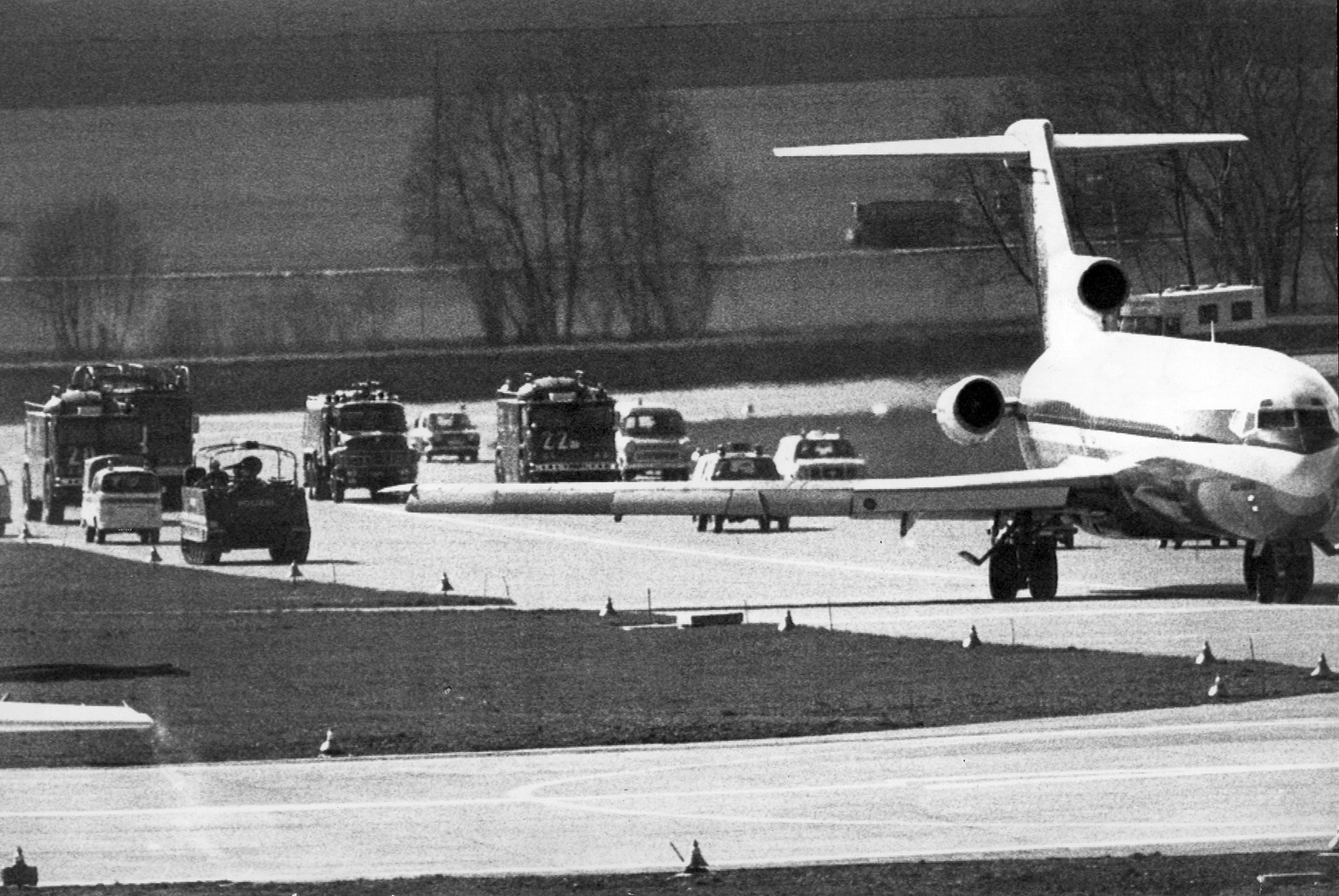 Followed by armoured police cars and fire tracks the Iberian Boeing 727 with hijacker Poncari and hostages on bord made a first attemp for take off from Zurich airport on Tuesday afternoon before take off for a flight in west direction from which the machine returned again to Zurich for fueling. (KEYSTONE/AP Wirephoto)   ===  ===