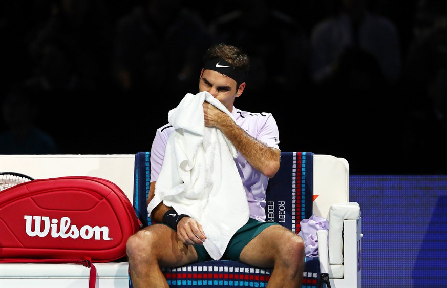 epa06337467 Switzerland's Roger Federer reacts during his semi final match against Belgium's David Goffin at the ATP World Tour Finals tennis tournament in London, Britain, 18 November 2017.  EPA/NEIL HALL