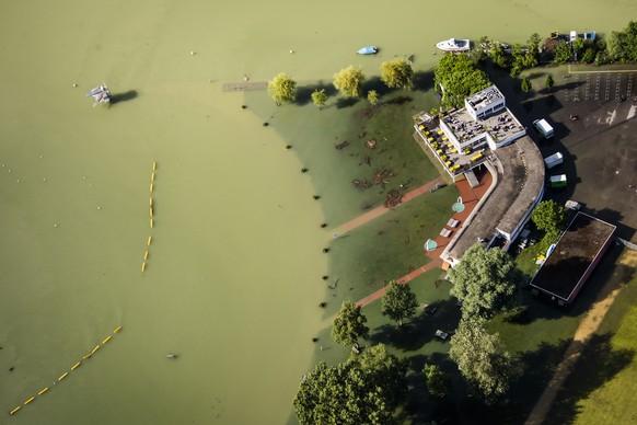 Une vue aerienne montre l'eau du lac de Bienne (Bielersee) qui entoure la plage de Bienne lors de la montee de l'eau du lac de Bienne suite aux fortes precipitations des derniers jours le vendredi 16 juillet 2021 a Bienne. La crue du lac de Bienne a atteint vendredi un niveau historique de 430,89 metres. Le lac a depasse le record enregistre en 2007 et se situait en fin d'apres-midi a 54 centimetres au-dessus du niveau de crue. (KEYSTONE/Jean-Christophe Bott)