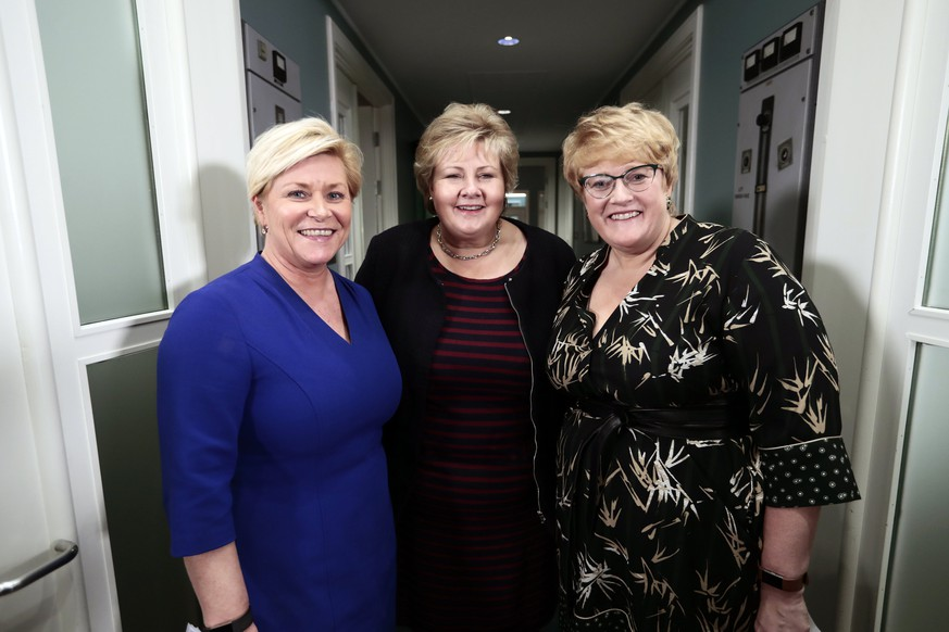 epa06438154 Prime Minister of Norway Erna Solberg (C), Minister of Finance Siv Jensen (L) and leader of The Liberal Party of Norway Trine Skei Grande (R) attend at a press conference at Jeloy, Norway, 14 January 2018, to announce the Liberal party will join Norwegian government.  EPA/LISE ASERUD  NORWAY OUT