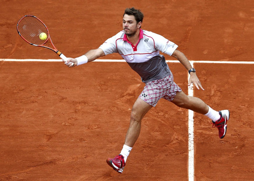 Stan Wawrinka of Switzerland plays a shot to Gilles Simon of France during their men's singles match at the French Open tennis tournament at the Roland Garros stadium in Paris, France, May 31, 2015.             REUTERS/Jean-Paul Pelissier  TPX IMAGES OF THE DAY
