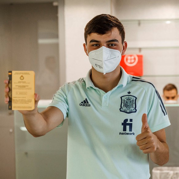 epa09261768 A handout photo made available by the Spanish Soccer Federation (RFEF) shows Spain's midfielder Pedro Gonzalez giving a thumb up after being vaccinated against COVID-19 at Las Rozas Sports City in Madrid, central Spain, 11 June 2021. Health professionals from the Spanish Army have vaccinated on 11 June, Spain's players, the coaching staff and the federation's staff working with the senior team against COVID-19, three days before Spain's debut at Euro 2021, in accordance with the collaboration initiative between the RFEF and the Spanish Government.  EPA/Pablo Garcia / RFEF / HANDOUT  HANDOUT EDITORIAL USE ONLY/NO SALES