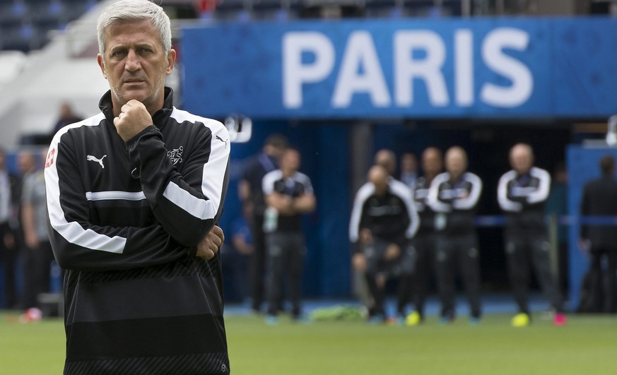 epa05364211 Swiss head coach Vladimir Petkovic, looks on during a team's training session, at the Parc des Princes stadium, in Paris, France, Tuesday, June 14, 2016. The Swiss national soccer team will play Romania in Group A on 15 June during the UEFA EURO 2016 soccer championship in France. 