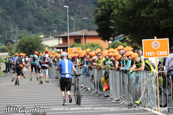 BIASCA, 11.06.2016 - Wechselzone von der Inline- auf die Bikestrecke in Biasca am Sabato Ticinese am Gigathlon 2016.   copyright by gigathlon.ch & www.steineggerpix.com / photo by remy steinegger  +++  NO RESALE / NO ARCHIVE  +++