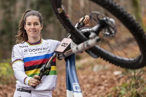 Die Weltmeisterin im Downhill Mountain Bike, Camille Balanche, posiert am Mittwoch, 4. November 2020 im Wald bei Magglingen. Die MTB-Fahrerin aus Le Locle NE gewann den Titel am 11. Oktober 2020 an der Mountainbike-WM in Leogang, Oesterreich. (KEYSTONE/Alessandro della Valle)