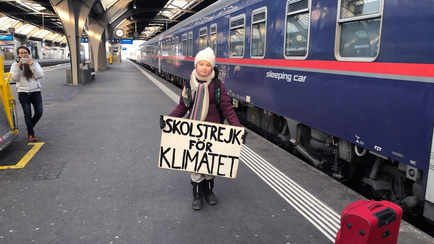 epaselect epa07310995 Swedish climate activist Greta Thunberg, 16, arrives at the Zurich Main Station, in Zurich, Switzerland 23 January 2019. Thunberg will attend the World Economic Forum (WEF) from 23 to 25 January. Because air travel emits a lot of CO2, she decided to travel by train.  EPA/ADRIAN REUSSER