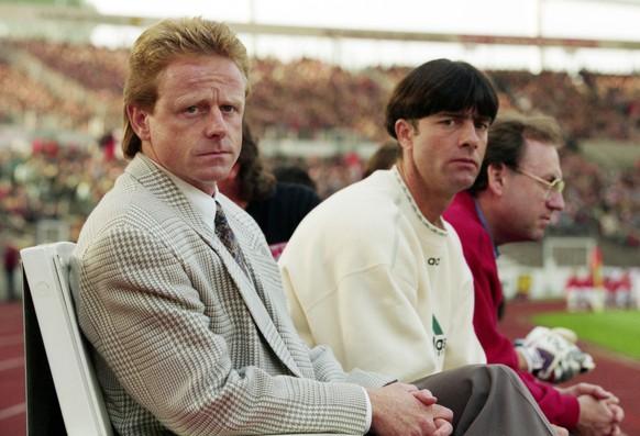 Rolf Fringer: In der Saison 1995/96 Coach des VfB Stuttgart. Neben ihm sein Assistent, der spätere Weltmeistertrainer Jogi Löw.