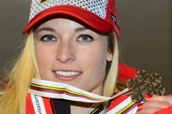 epa04606909 Lara Gut of Switzerland, bronze medal, smiles for photographer after the women's downhill medal ceremony at the 2015 Alpine World Skiing Championships in Vail / Beaver Creek, Colorado, USA, 06 February 2015.  EPA/JEAN-CHRISTOPHE BOTT