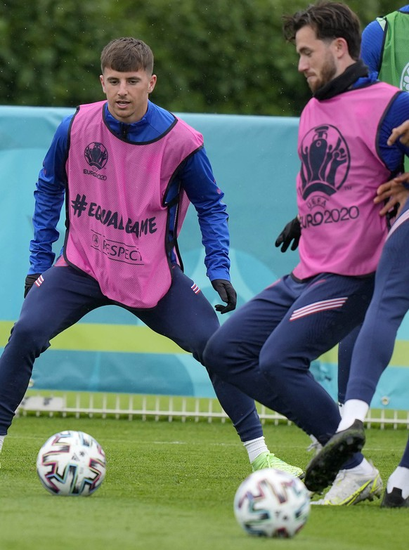 """England's Mason Mount, third left, and England's Ben Chilwell, fourth left, during a team training session at Tottenham Hotspur training ground in London, Monday, June 21, 2021 one day ahead of the Euro 2020 soccer championship group D match against Czech Republic. After a positive test for Scotland midfielder Billy Gilmour, Mason Mount and Ben Chilwell have been told to self isolate following """"interaction"""" with Gilmour during England's 0-0 draw with Scotland at Wembley Stadium on Friday. (AP Photo/Frank Augstein)"""