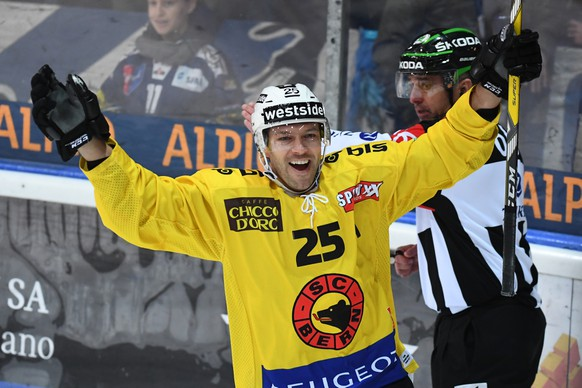 Bern's Andrew Ebbett celebrates his 0-1 goal, during the preliminary round game of National League A (NLA) Swiss Championship 2016/17 between HC Ambri Piotta and SC Bern, at the ice stadium Valascia in Ambri, on Tuesday, November 29, 2016. (KEYSTONE/Ti-Press/Gabriele Putzu)