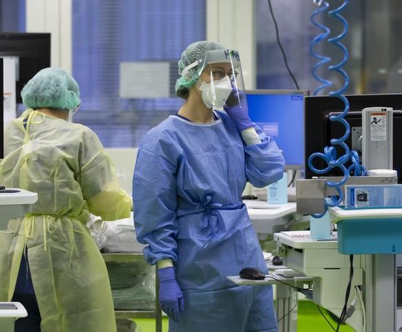 Aerzte und Pflegende kuemmern sich um Covid-Patienten in einer Intensivstation im Universitaetsspital Basel, am Montag, 28. Dezember 2020, in Basel. (KEYSTONE/Peter Klaunzer)