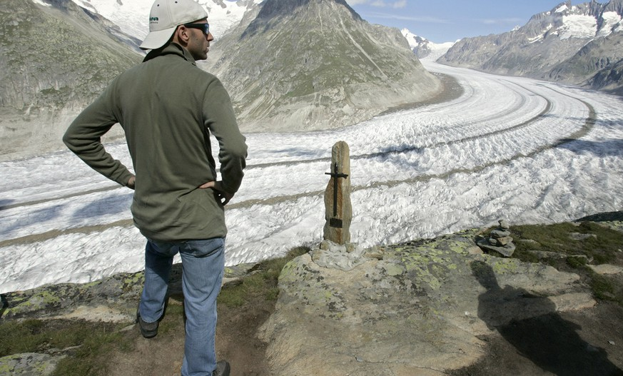 Un touriste observe le glacier d' Aletsch ce samedi 18 aout 2007 pres de Bettmeralp, Valais. (KEYSTONE/Laurent Gillieron)  Ein Tourist betrachtet am 18. August 2007 den Aletschgletscher in der Naehe von Bettmeralp im Kanton Wallis. (KEYSTONE/Laurent Gillieron)  A tourist looks at the Aletschgletscher glacier near Bettmeralp in the canton of Valais, Switzerland, pictured on August 18, 2007. (KEYSTONE/Laurent Gillieron)