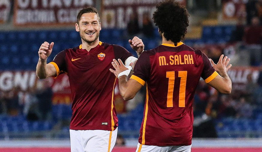 epa05254861 Roma's Mohamed Salah (R) celebrates scoring the 1-1 equaliser goal with Francesco Totti (L) during the Italian Serie A soccer match between AS Roma and FC Bologna at the Olimpico stadium in Rome, Italy, 11 April 2016.  EPA/ALESSANDRO DI MEO