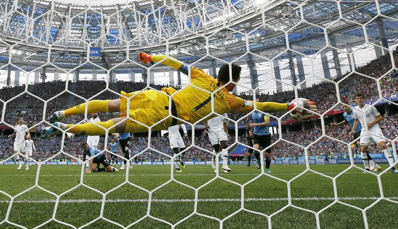 epa06868448 Goalkeeper Hugo Lloris of France makes a save during the FIFA World Cup 2018 quarter final soccer match between Uruguay and France in Nizhny Novgorod, Russia, 06 July 2018.