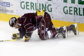 Geneve-Servette's Romain Loeffel lies on the ice after taking a goal, during the game of National League A (NLA) Swiss Championship between Geneve-Servette HC and Lausanne HC, at the ice stadium Les Vernets, in Geneva, Switzerland, Tuesday, September 30, 2014. (KEYSTONE/Salvatore Di Nolfi)