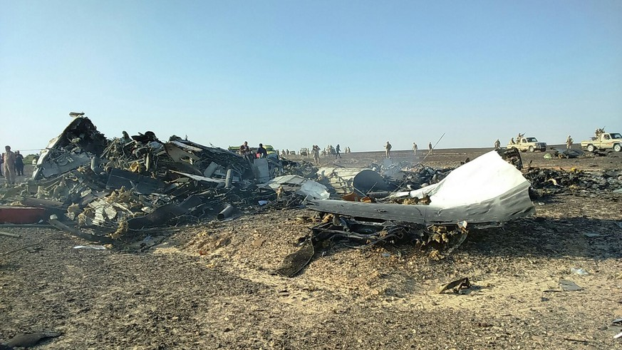 epa05005254 Debris from crashed Russian jet lies strewn across the sand at the site of the crash in Sinai, Egypt, 31 October 2015. According to reports the Egyptian Government has dispatched more than 45 ambulances to the crash site of the Kogalymavia Metrojet Russian passenger jet, which disappeared from raider after requesting an emergency landing early 31 October, crashing in the mountainous al-Hasanah area of central Sinai. The black box has been recovered at the site.  EPA/STR BEST QUALITY AVAILABLE