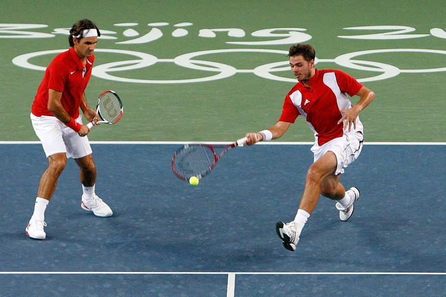 Roger Federer, left, and Stanislas Wawrinka of Switzerland play their gold medal match against Sweden's Simon Aspelin and Thomas Johansson at the Beijing Olympic Green Tennis Central Court for the Beijing 2008 Olympics in Beijing, China, 16 August 2008. (KEYSTONE/Alessandro Della Bella)