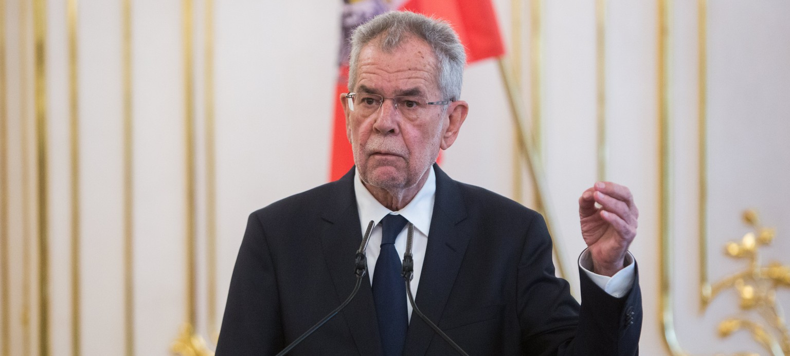 epa05928607 Austrian President Alexander Van der Bellen gestures while speaking during a joint news conference with Slovakian President Andrej Kiska (not pictured) after their meeting in Bratislava, Slovakia, 26 April 2017.  EPA/JAKUB GAVLAK