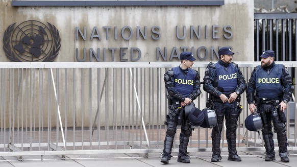 Swiss police officers guard the entrance of United Nations, during a rally of Pro-Kurdish demonstrators which protest against Turkish military operations in Afrin a city located in northern Syria, at the Place des Nations in front of the European headquarters of the United Nations in Geneva, Switzerland, Friday, February 16, 2018. (KEYSTONE/Salvatore Di Nolfi)