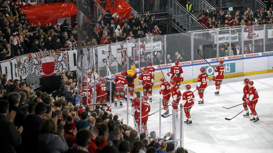 Lausanne's players celebrate their victory after beating Geneve-Servette, during a National League regular season game of the Swiss Championship between Lausanne HC and Geneve-Servette HC, at the Malley 2.0 temporary stadium in Lausanne, Switzerland, Friday, December 7, 2018. (KEYSTONE/Salvatore Di Nolfi)