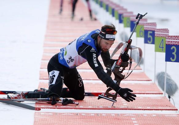 epa05072959 Benjamin Weger of Switzerland at the shooting range during the men's 10km Sprint race of the Biathlon World Cup in Pokljuka, Slovenia, 17 December 2015.  EPA/ANTONIO BAT