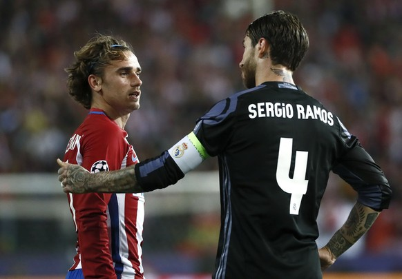 epa05955923 Real Madrid's defender Sergio Ramos (R) and Atletico de Madrid's French defender Antoine Griezmann during the UEFA Champions League semifinal second leg match between Atletico de Madrid and Real Madrid at the Vicente Calderon stadium, in Madrid, Spain, 10 May 2017.  EPA/Mariscal