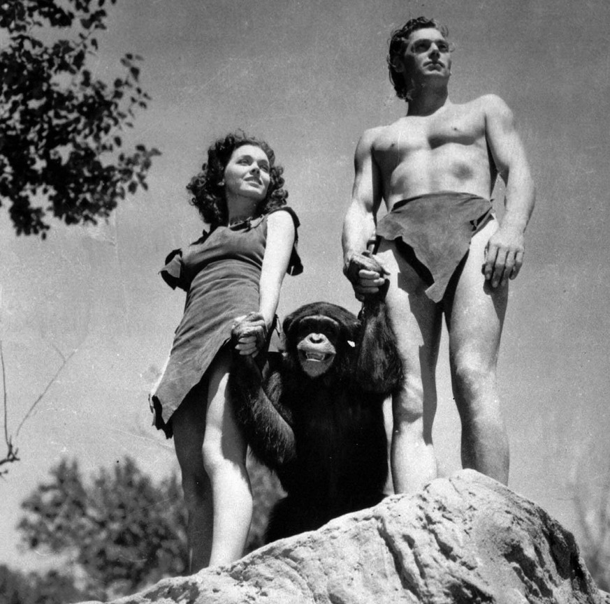 JAHRHUNDERTRUECKBLICK SPORT  === SCHWIMMEN JOHNNY WEISSMUELLER === Johnny Weissmueller as Tarzan, Maureen O'Sullivan as Jane, and chimpanzee Skippy, pictured 1936 in a scene from a 'Tarzan' movie. Swimming champion Johnny Weissmueller, who later interpreted 'Tarzan' in the movies, was a five-time Olympic champion (1924 in Paris and 1928 in Amsterdam). During his swimming career, Johnny Weissmueller captured 20 US titles and broke 67 world records. (KEYSTONE/AP/Str)  ===  ===