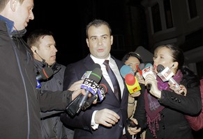 Romania's Finance Minister Darius Valcov (C) talks with journalists in front of the headquarters of Romania's corruption-fighting agency in Bucharest March 13, 2015. Valcov resigned on Sunday, leftist Prime Minister Victor Ponta said, after prosecutors opened a criminal investigation against him into suspected abuse of power in a former role as a mayor. Valcov is the most senior sitting Romanian politician to resign because of corruption allegations amid a flurry of high-level investigations and graft trials over the past two years. He has denied taking a bribe. Picture taken March 13, 2015.  REUTERS/Inquam Photos/Marin Raica (ROMANIA - Tags: CRIME LAW POLITICS) 