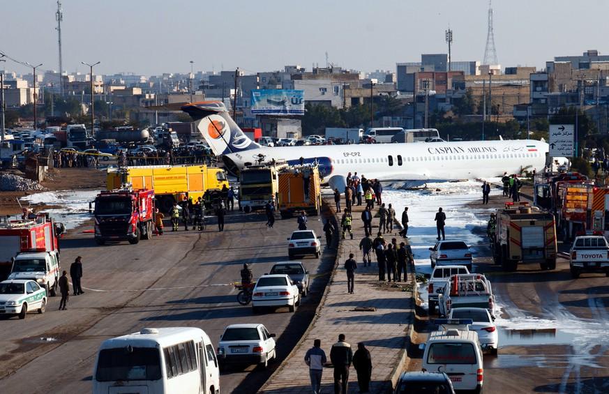 Iran: Jet von Caspian Air legt Bruchlandung in Wohngebiet hin