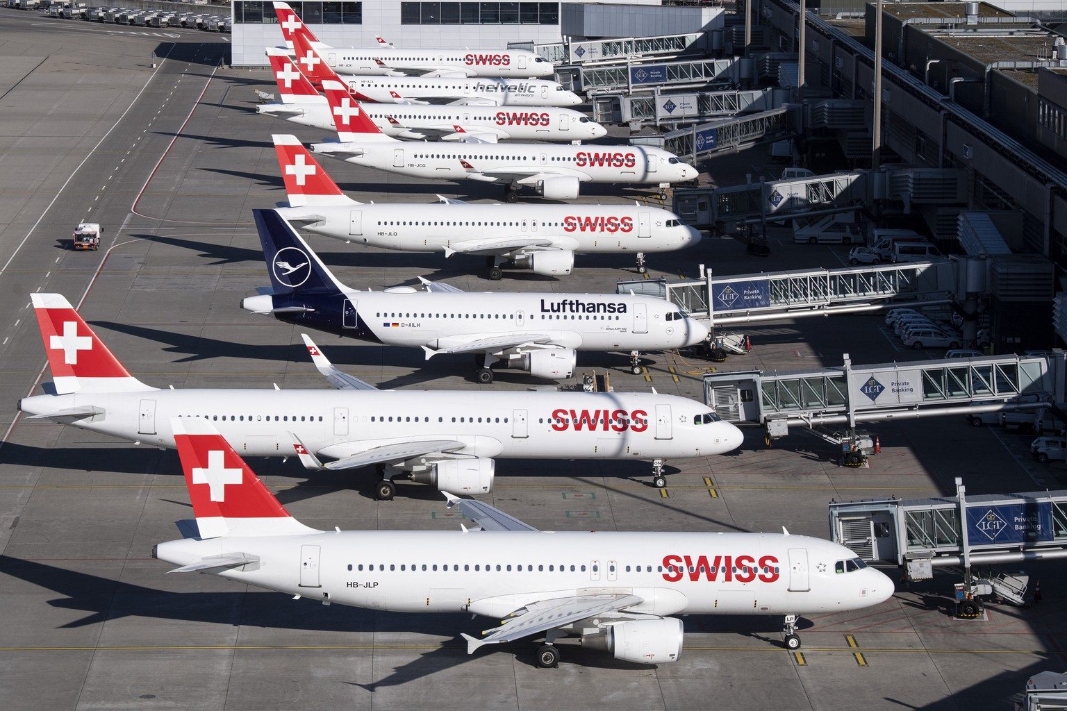 Parked planes of the airline Swiss at the airport in Zurich, Switzerland on Monday, 23 March 2020. The bigger part of the Swiss airplanes are not in use due to the outbreak of the coronavirus. (KEYSTONE/Ennio Leanza)