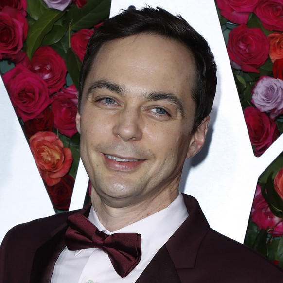 epa06799563 US actor Jim Parsons poses on the red carpet at the 2018 Tony Awards at Radio City Music Hall in New York, New York, USA, 10 June 2018. The annual awards honor excellence in Broadway theatre.  EPA/JASON SZENES